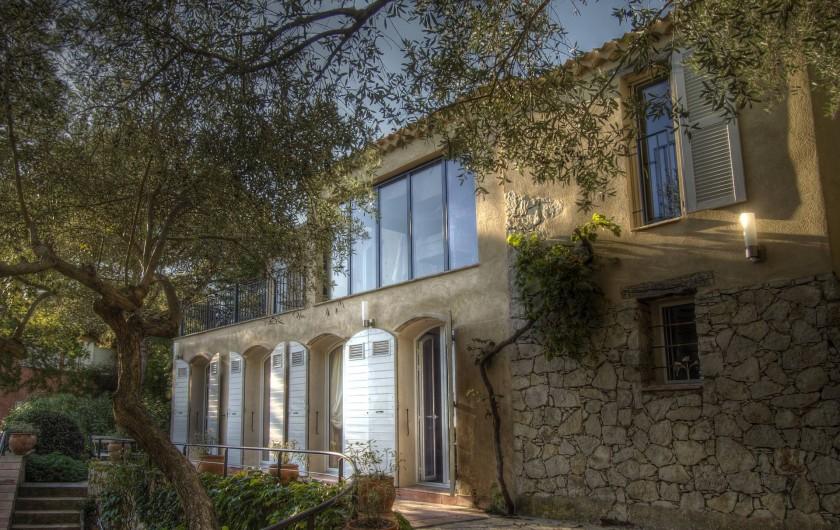 Location de vacances - Appartement à Sète - La façade coté parc et port avec les chambres qui ouvrent sur la terrasse.