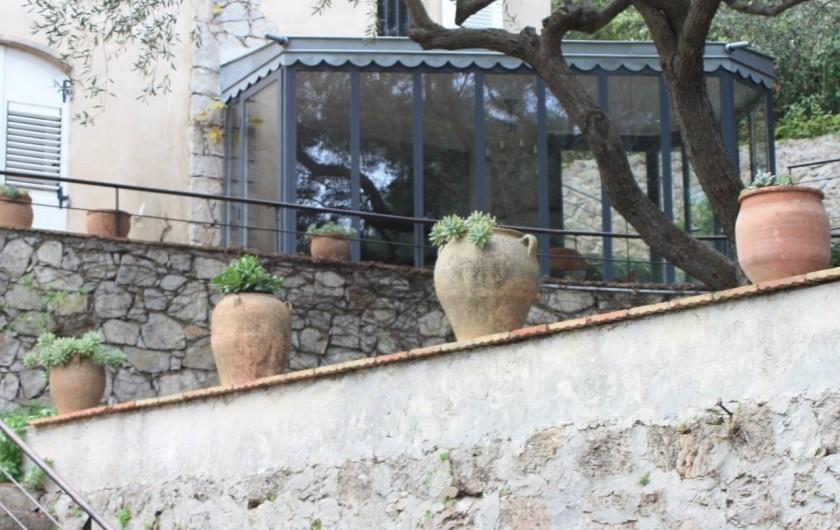 Location de vacances - Appartement à Sète - La salle à manger des hôtes vue du jardin