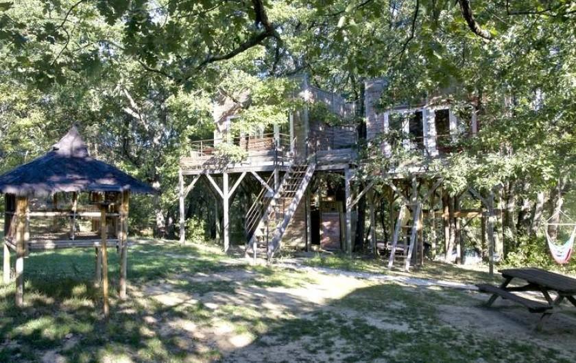 Location de vacances - Yourte à Barjac - Deux cabanes dans les arbres équipées d'une salle d'eau et d'une terrasse