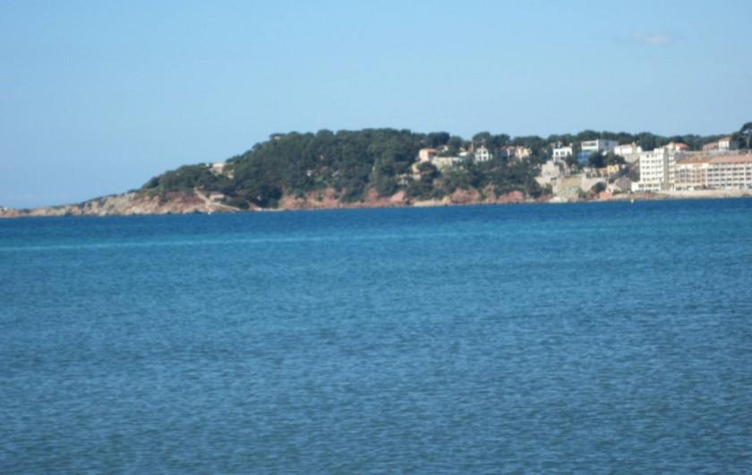 Location de vacances - Appartement à Six-Fours-les-Plages - vue de la côte depuis la plage de Bonnegrace