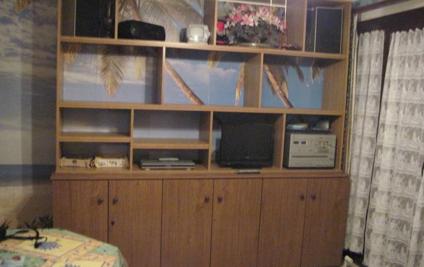 Location de vacances - Appartement à Six-Fours-les-Plages - Coin rangement avec télévision, DVD et chaine