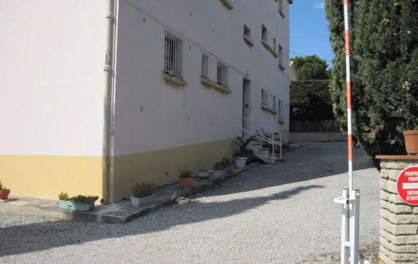 Location de vacances - Appartement à Six-Fours-les-Plages - Entée dans l'immeuble côté parking privatif