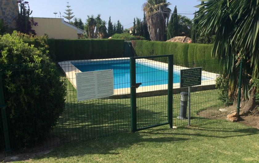Location de vacances - Villa à Estepona - PISCINE COMMUNE AUX QUATRE MAISONS ENTIEREMENT SECURISEE