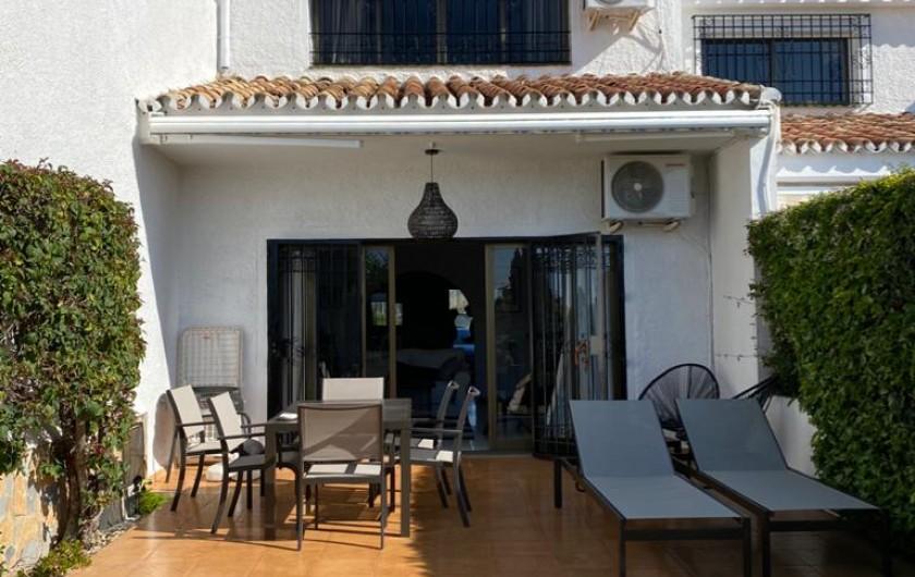 Location de vacances - Villa à Estepona - TERRASSE SUR JARDIN, CHAISES LONGUES, TRANSATS, FAUTEUILS ET TABLE.