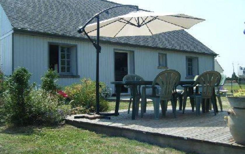 Location de vacances - Maison - Villa à Pluduno - façade arrière comprenant deux terrasses et un chalet