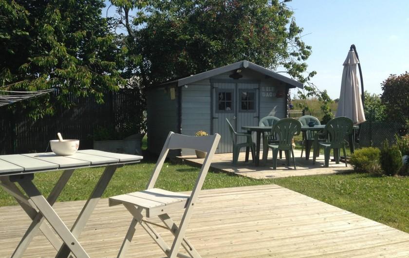 Location de vacances - Maison - Villa à Pluduno - le jardin, un chalet avec barbecue et chaises longues à votre disposition