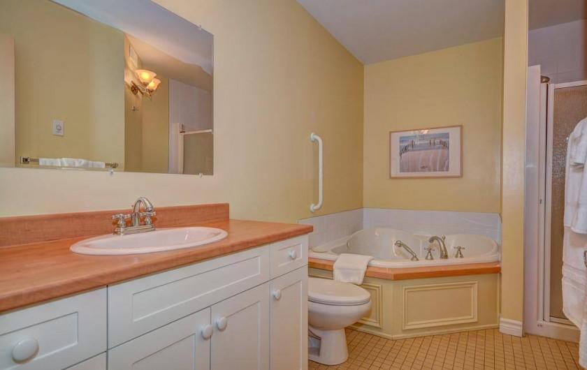 Location de vacances - Appartement à Saint-Donat - Salle de bain principale: douche et bain tourbillon
