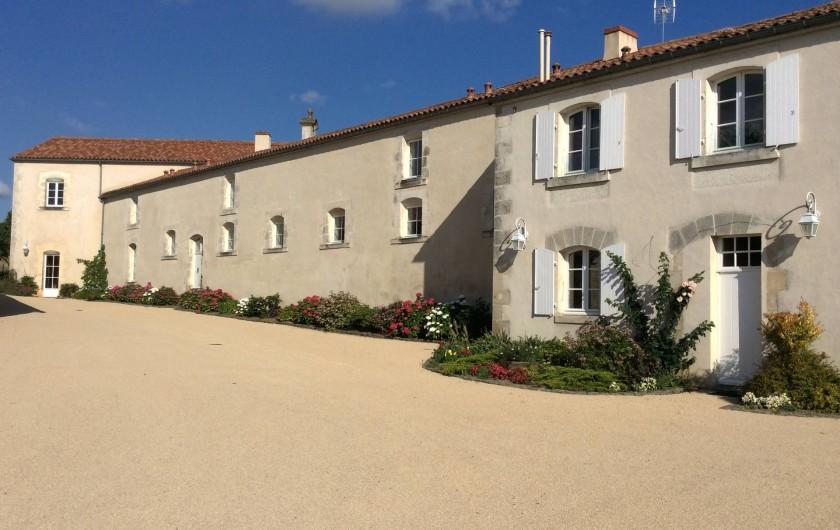 Location de vacances - Gîte à Nieul-sur-l'Autise - Les Ecuries du Château vue de l'entrée
