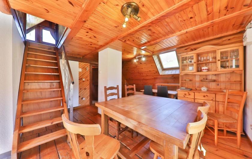 Location de vacances - Gîte à Sondernach - L'escalier de meunier dans le séjour