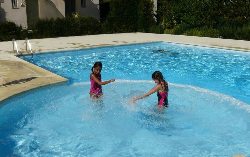 Location de vacances - Villa à Vaison-la-Romaine - nos  filles jouant dans la partie pataugeoire