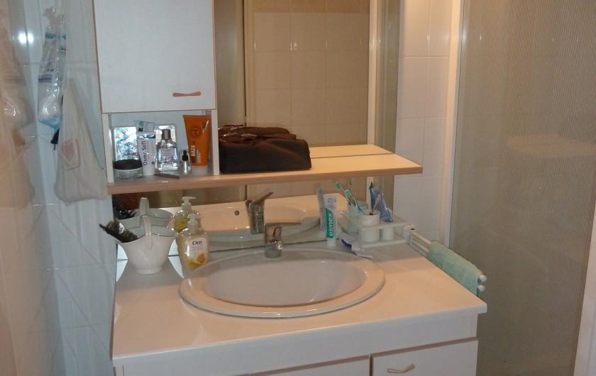 Location de vacances - Appartement à Fréjus - Salle de bain avec douche