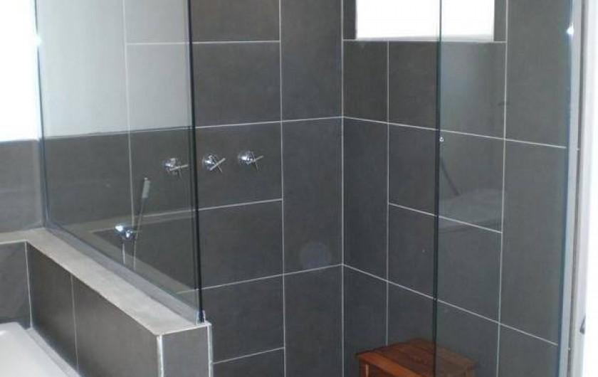 Location de vacances - Gîte à Coupiac - salle de bain côté douche