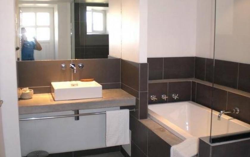 Location de vacances - Gîte à Coupiac - salle de bain côté baignoire