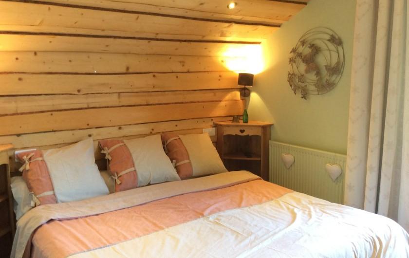 Location de vacances - Chalet à Barcelonnette - Chambre 2 avec balcon en bois, vue panoramique et écran plat.