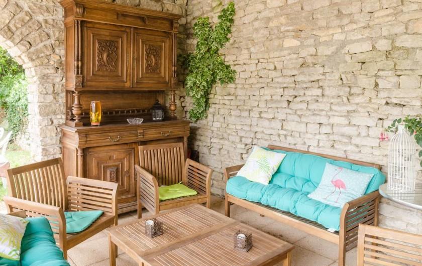 Location de vacances - Gîte à Baroville - Le côté salon en extérieur permet de partager de bons moments en soirée