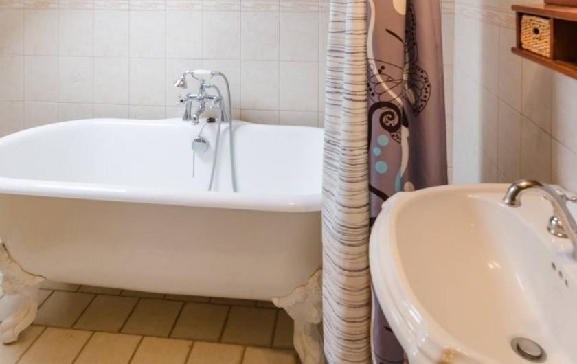 Location de vacances - Gîte à Baroville - Salle de bain et wc séparé de l'autre côté de l'étage