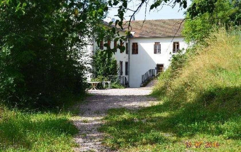 Location de vacances - Appartement à Pontgibaud - façade et cour