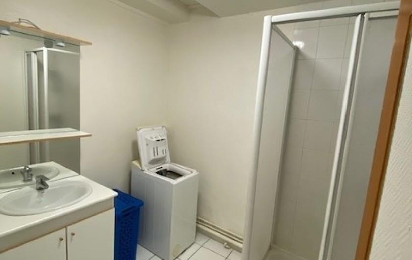 Location de vacances - Appartement à Pontgibaud - salle d'eau douche