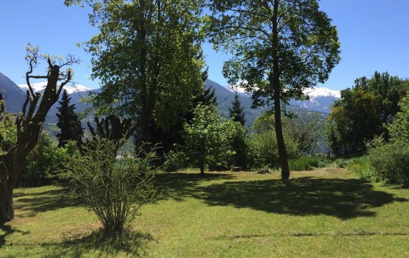 Location de vacances - Maison - Villa à Embrun - Jardin vue depuis la terrasse