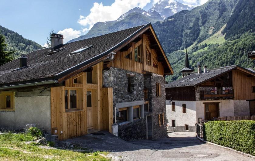 Location de vacances - Appartement à Sainte-Foy-Tarentaise - Chalet PELLENARD en été. Vue sur le village et le Mont Thuria.