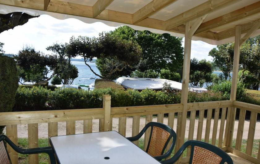 Location de vacances - Camping à Salles-Curan - terrasse mobil-home camping beau-rivage du lac de Pareloup Aveyron au sud france