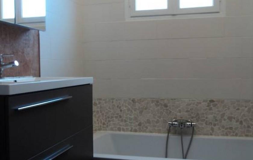 Location de vacances - Maison - Villa à Saint-Laurent-de-la-Salanque - Salle de bain de l'étage: une grande baignoire, un lavabo vasque et un WC
