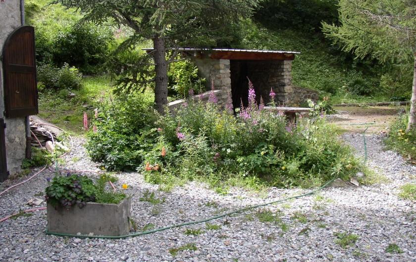 Location de vacances - Appartement à Le Monêtier-les-Bains - terrasse devant la maison et grand jeu de boules au fond