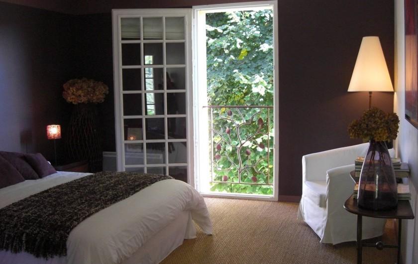 Location de vacances - Chambre d'hôtes à Sarlat-la-Canéda - Chambre AUBERGINE  1er étage avec petite terrasse table et chaises