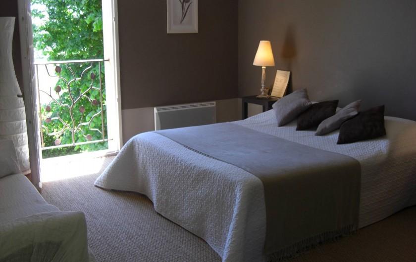 Location de vacances - Chambre d'hôtes à Sarlat-la-Canéda - Chambre TAUPE  1er étage avec petite terrasse table et chaises