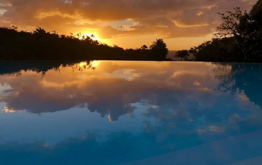 Location de vacances - Villa à Sainte-Anne - levé de soleil sur la piscine