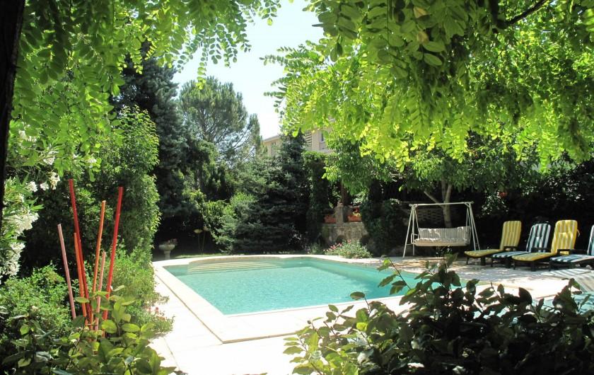 Location de vacances - Gîte à Lapalud - piscine dans la verdure