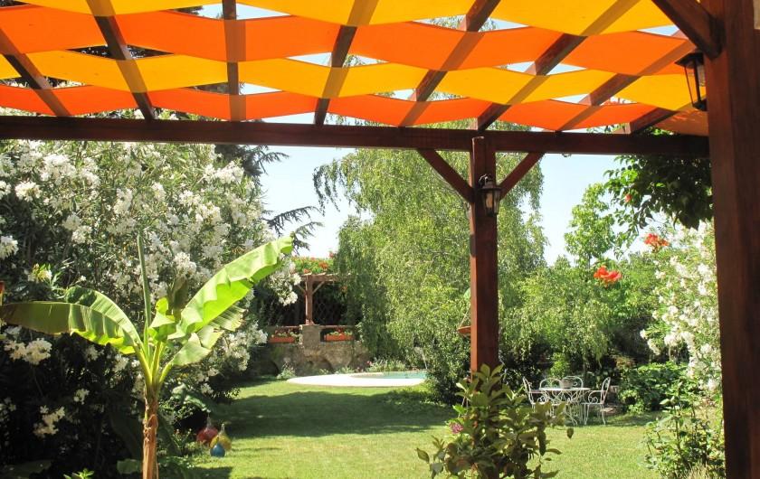 Location de vacances - Gîte à Lapalud - vue du grand jardin, au fond la piscine