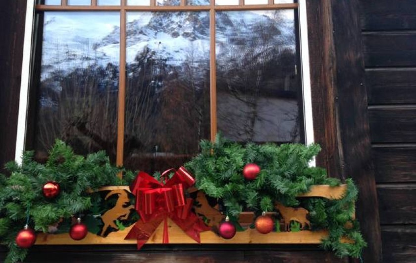Location de vacances - Chalet à Chamonix-Mont-Blanc - Aiguille du Midi en reflet dans la vitre du salon