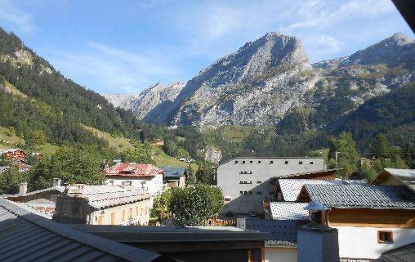 Location de vacances - Appartement à Pralognan-la-Vanoise - Vue du balcon ( commerces au 1er plan et, au 2ème plan, le parc de la Vanoise)