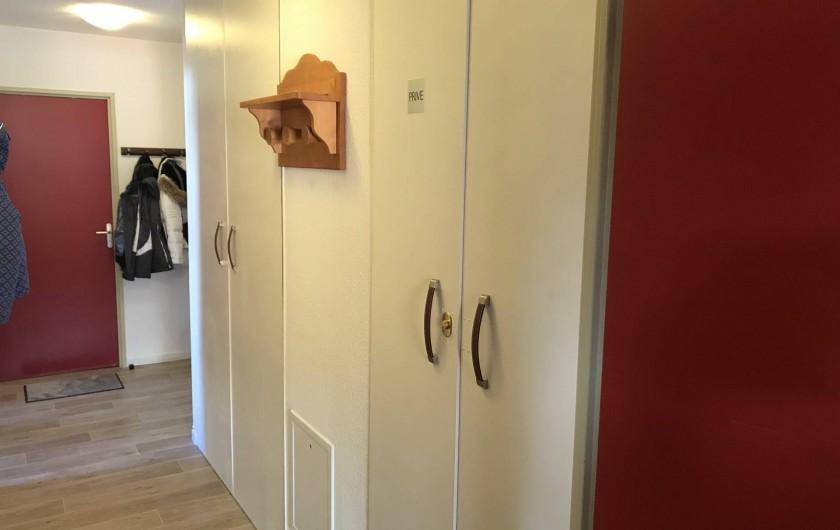 Location de vacances - Appartement à Saint-Sorlin-d'Arves - Couleur avec placard