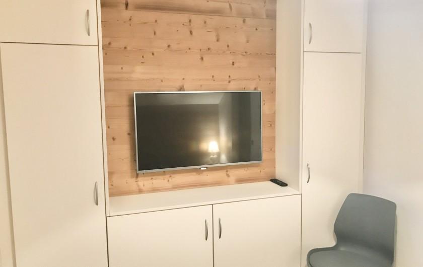 Location de vacances - Appartement à Saint-Sorlin-d'Arves - Chambre adulte N°2 avec nombreux placards et écran LCD