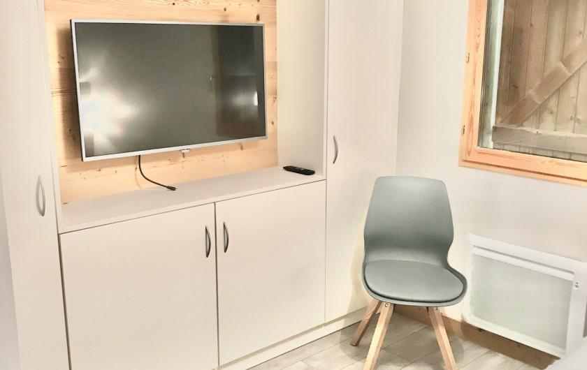 Location de vacances - Appartement à Saint-Sorlin-d'Arves - Suite parentale avec écran LCD et nombreux placards