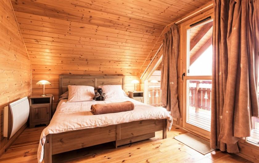 Location de vacances - Chalet à La Joue du Loup - Chalet Sylvaine - Chambre parentale avec un lit double et balcon vue montagne