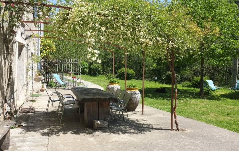 Location de vacances - Mas à Courniou - terrasse et table extérieure
