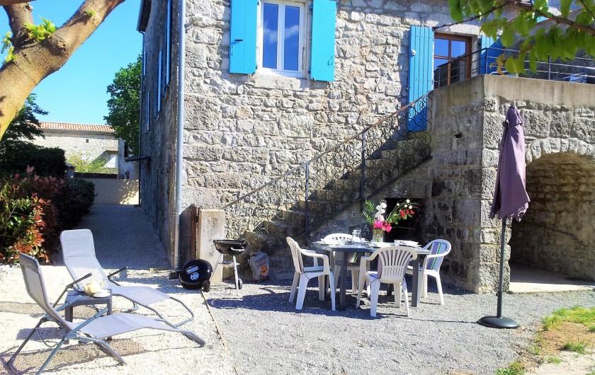 Location de vacances - Gîte à Saint-Alban-Auriolles - maison côté gite