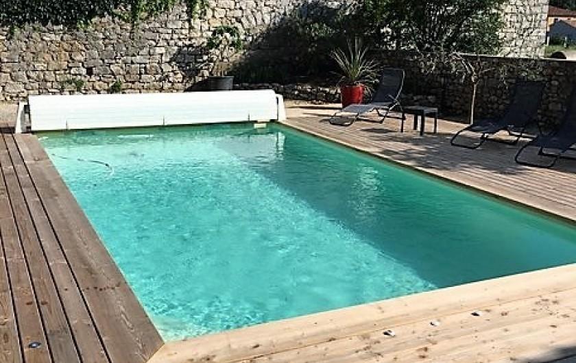 Location de vacances - Gîte à Saint-Alban-Auriolles - piscine côté plages transats