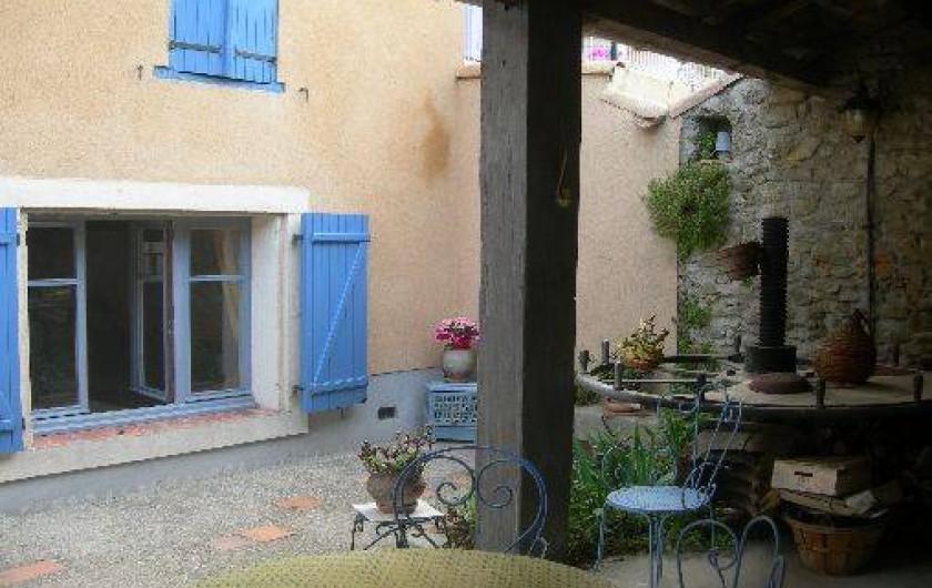 Location de vacances - Gîte à Carcassonne - SALON couvert  table et 6 chaises