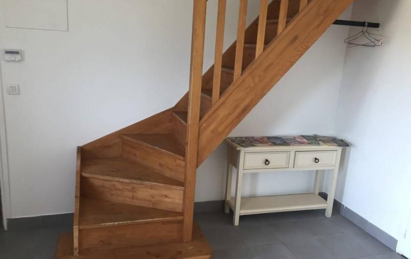 Location de vacances - Maison - Villa à Souvigny-de-Touraine - Montée à l'étage avec espace documentation touristique