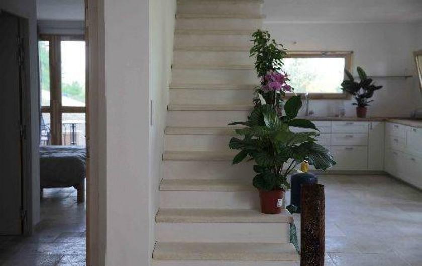 Location de vacances - Gîte à Saint-Saturnin-lès-Apt - Escalier vers les chambres