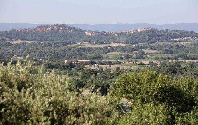 Location de vacances - Gîte à Saint-Saturnin-lès-Apt - vue sur Roussillon
