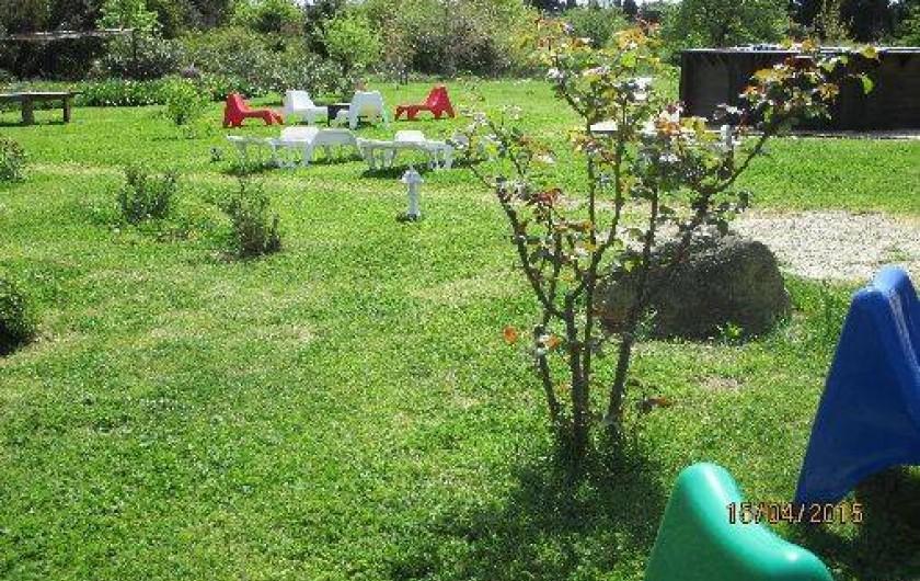 Location de vacances - Gîte à Salon-de-Provence - Vue d'une partie du jardin devant le gîte