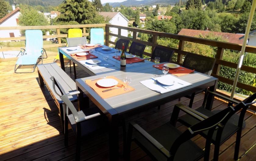 Location de vacances - Chalet à Gérardmer - Vue de la terrasse en rez de jardin.