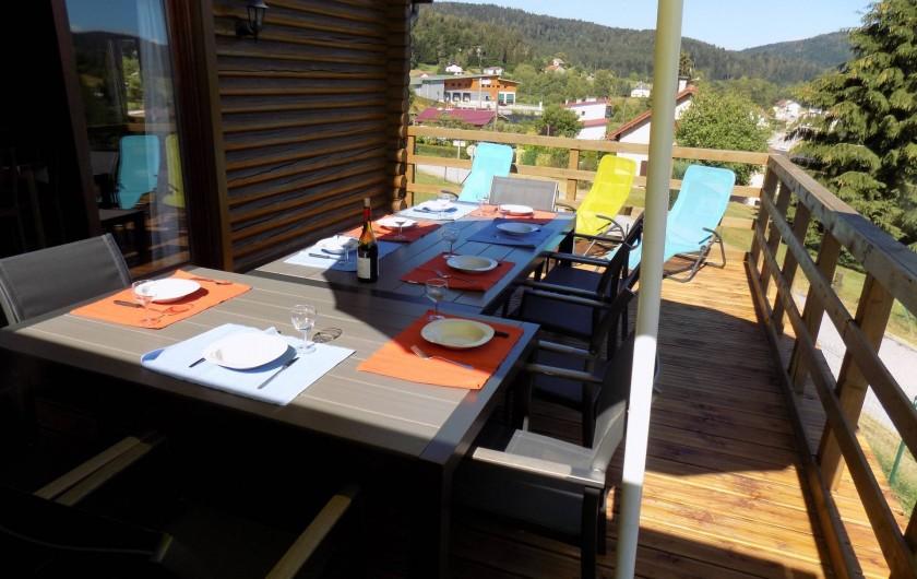 Location de vacances - Chalet à Gérardmer - Même terrasse avec sièges relax.