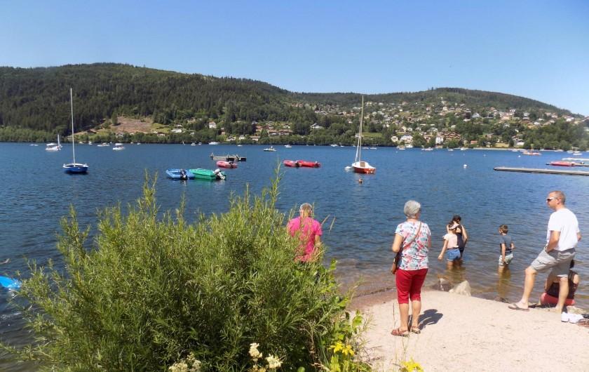 Location de vacances - Chalet à Gérardmer - Une vue du lac de Gérardmer avec ses plaisirs nautiques