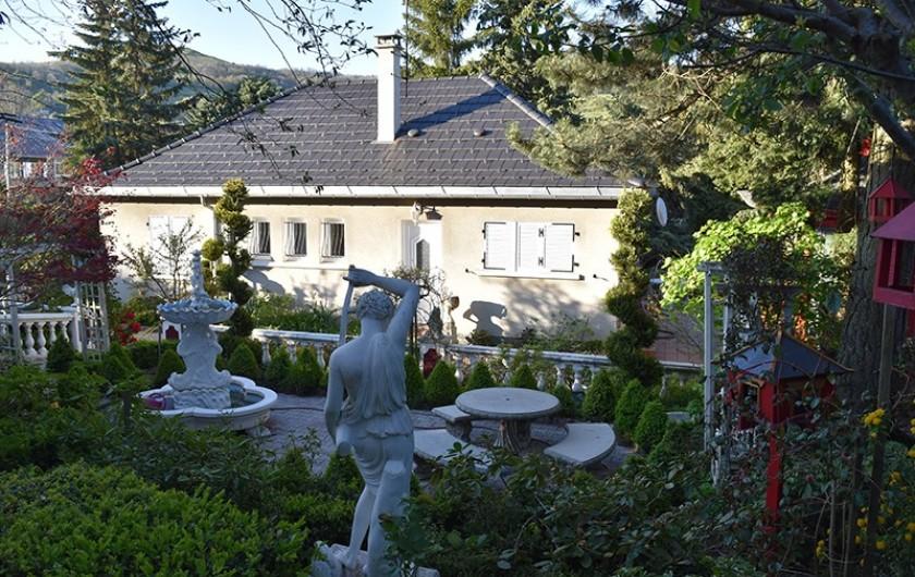 Location de vacances - Villa à Pierre-Châtel - Entrée du gîte et jardin romantique